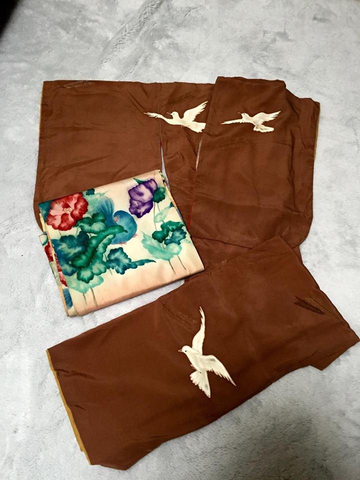 茶色の地色に白鶴のアンティークの着物