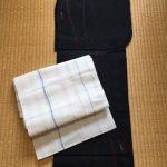 黒の紗の着物と白い名古屋帯のコーディネート