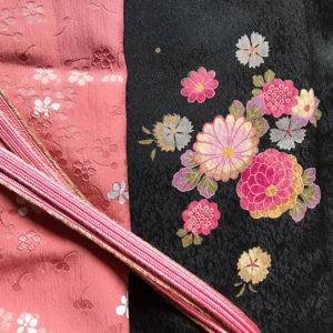 着物とピンクの帯揚げと帯締めの一揃い