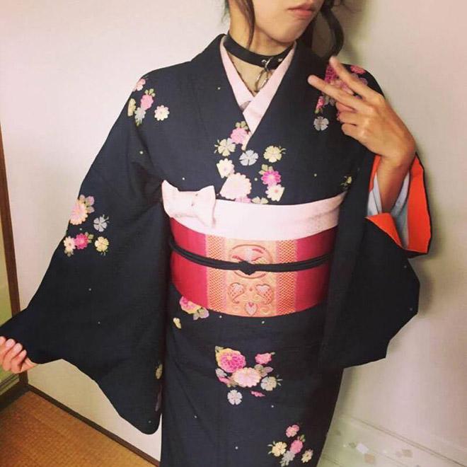 着物×真っピンクの名古屋帯コーデ決めポーズ