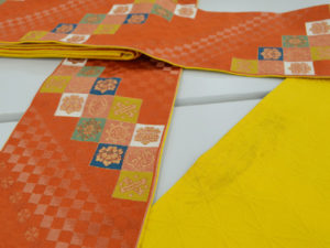 紅支子色の帯と黄支子色の帯
